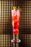 Macédoine de fruits rouge avec le citron en verre grand photo stock