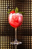 Macédoine de fruits rouge en verre rond grand images stock