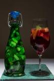 Macédoine de fruits rouge vert clair d'été en verre, limonade, studio Images stock