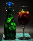 Macédoine de fruits rouge vert clair d'été en verre, limonade, studio Photographie stock