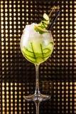 Macédoine de fruits verte avec le concombre en verre rond grand photographie stock libre de droits