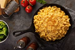 Mac and cheese in a cast iron pan. Baked with breadcrumbs overhead shot, rustic style Royalty Free Stock Photography