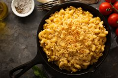 Mac and cheese in a cast iron pan. Baked with breadcrumbs overhead shot, rustic style Royalty Free Stock Images