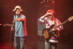 Mac DeMarco en Jon Lent tijdens prestaties bij Palladium Riga royalty-vrije stock afbeeldingen