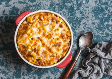Mac e queijo Macarrão e queijo com molho de tomate da carne fotografia de stock