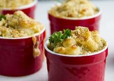 Mac et fromage cuits au four dans de petites cuvettes photo libre de droits
