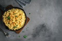 Mac och ost bakad pasta fotografering för bildbyråer
