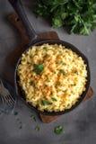 Mac och ost bakad pasta arkivfoton
