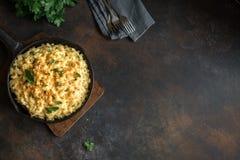 Mac och ost bakad pasta arkivbild