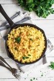 Mac och ost bakad pasta royaltyfri bild