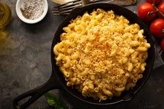 Mac och ost i en gjutjärnpanna royaltyfria bilder