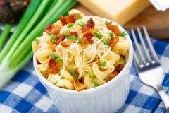 Mac och ost med bacon royaltyfria bilder