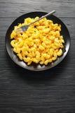 Mac och ost som tjänas som på den svarta plattan royaltyfri fotografi