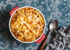 Mac y queso Macarrones con queso con la salsa de tomate de la carne fotografía de archivo