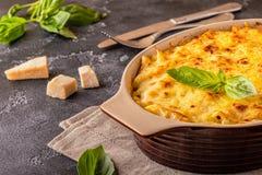 Mac y queso, pastas americanas de los macarrones del estilo en salsa caseosa fotografía de archivo libre de regalías