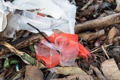 Maca indiscriminada de não-biodegradável plástico na descarga de lixo fotografia de stock royalty free