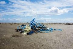 Maca marinha plástica na praia fotografia de stock