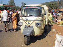Macaco de Piaggio no mercado indiano Imagem de Stock