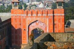 Macaco del reso (mulatta del Macaca) che cammina su una parete vicino a Suraj Pol immagine stock libera da diritti