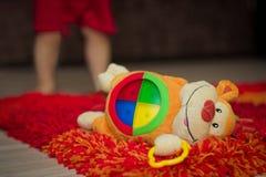 Macaco do brinquedo no tapete Fotografia de Stock