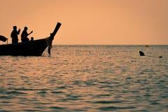 Macacus-Schwimmen für Lebensmittel vom Touristen im Affe-Strand bei Sonnenuntergang, Phi Phi Island, Thailand Stockbild