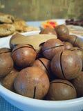 Macadamia καρύδια στον πίνακα στοκ εικόνα