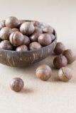 Macadamia καρύδια στο κύπελλο καρύδων Στοκ εικόνα με δικαίωμα ελεύθερης χρήσης