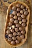 Macadamia dokrętki w drewnianym pucharze obraz royalty free
