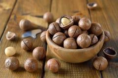 Macadamia dokrętki w drewnianym pucharze zdjęcie stock