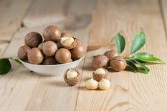 Macadamia dokrętka na drewno desce Zdjęcie Stock