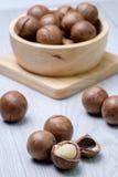 Macadamia in houten kom Stock Fotografie