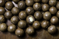 Macadamia noot op de houten lijst Stock Foto
