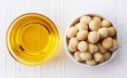 Macadamia nootolie en macadamia noten stock foto