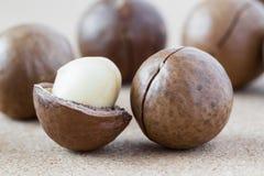 Macadamia noten op bruine achtergrond, close-up. Royalty-vrije Stock Afbeelding
