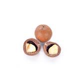 Macadamia noten op witte achtergrond Stock Afbeeldingen