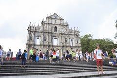 MACAO 22 CHINA-AUGUSTUS: toerist de status en neemt binnen een foto voor Royalty-vrije Stock Afbeeldingen