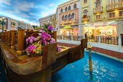 MACAO, CHINA - 24 DE ENERO DE 2016: La opinión veneciana del interior del hotel turístico Imágenes de archivo libres de regalías