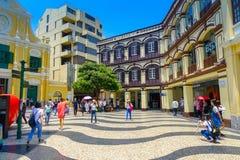 MACAO, CHINA 11 DE MAYO DE 2017: Una gente no identificada que da une vuelta del St hermoso Dominic Church en Macao ST Fotografía de archivo libre de regalías