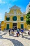 MACAO, CHINA 11 DE MAYO DE 2017: Una gente no identificada que da une vuelta del St hermoso Dominic Church en Macao ST Foto de archivo libre de regalías