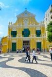 MACAO, CHINA 11 DE MAYO DE 2017: Una gente no identificada que da une vuelta del St hermoso Dominic Church en Macao ST Imagenes de archivo