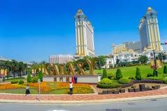 MACAO, CHINA 11. MAI 2017: Nicht identifizierten Leute, die zur Kamera vor einem Zeichen in den goldenen Wörtern Park im im Freie Stockfotografie