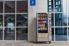 Macao, Cina - 22 aprile 2018 - distributore automatico fa un spuntino a Macao fotografie stock libere da diritti