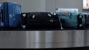 Macao, Cina - 11 maggio 2019: Borse del bagaglio che passano la cinghia del bagaglio in aeroporto stock footage