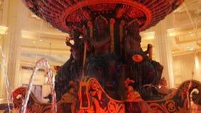 Macao, Cina - maggio 2018: Una fontana al corridoio dell'hotel del ` di Venezia Una grande fontana stock footage