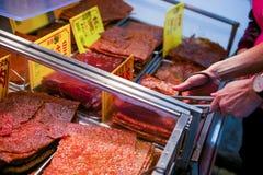 Macao - Januari 15, 2018: Traditionellt torrt kött shoppar in i histor Arkivbilder