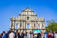 Macao Kina - December 9, 2016: Turist- och lokalinvånarewa Arkivfoto