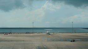 Macao Kina - Juli 6, 2018: Parkering av flygplan på flygplatsen och förberedelse för flyg arkivfilmer