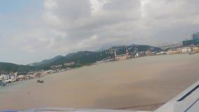 Macao Kina - Juli 6, 2018: till och med fönstersikten av passagerarenivån som tar av på landningsbana på molnig dag stock video