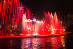 Macao Kina - 2014 10 15: Macao - dobblerihuvudstaden av Asien Fotoet av dansspringbrunnshowen på det berömda Wynn hotellet Royaltyfri Bild