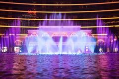 Macao Kina - 2014 10 15: Macao - dobblerihuvudstaden av Asien Fotoet av dansspringbrunnshowen på det berömda Wynn hotellet Royaltyfria Bilder